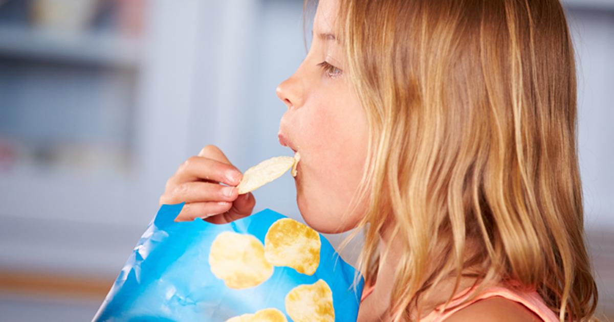 Garçon mangeant des frites